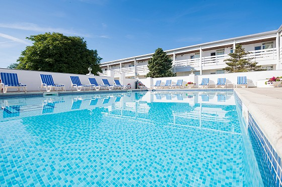 Close - Uk hotels with outdoor swimming pools ...